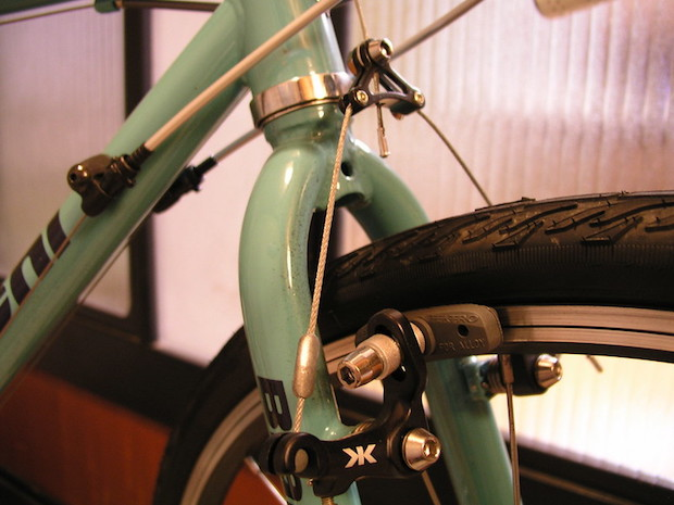 Cantilever braking system on the front wheel of a bike